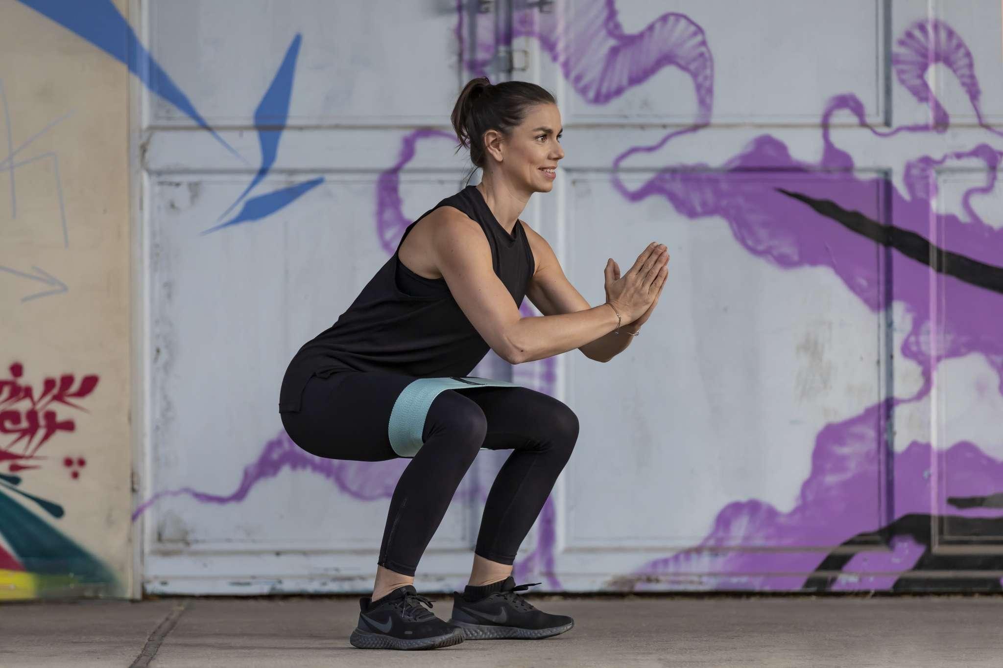 Training mit Minibands, Kniebeuge mit Minibands