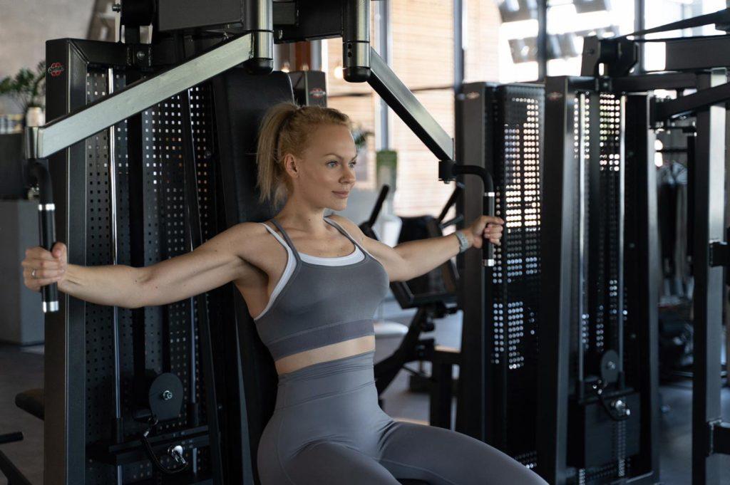 Fitnesstrainerin Yana beim Workout im Studio